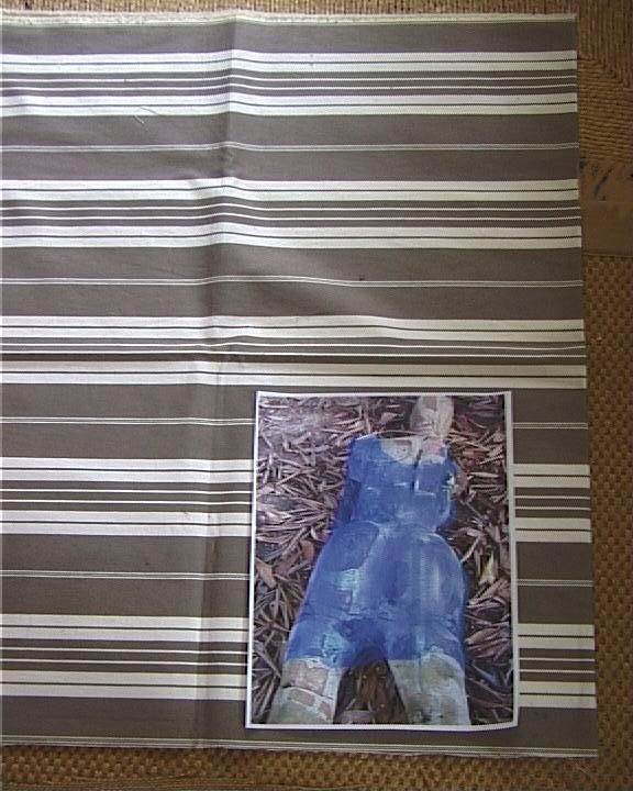 Femme ciment et briques  robe bleue sur toile coutil 043